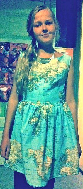 Jeg ville gerne have en lidt anderledes kjole og valgte derfor at sy en kjole selv i noget ret anderledes stof. Da jeg godt kan lide at rejse, og allerede har rejst en del med min familie, valgte jeg et verdenskortstof og på den måde få min personlige stil frem i kjolen. Den er lavet udfra festkjole snitmønstret Grace 50'er. Jeg fik rigtig mange positive kommentarer til kjolen og synes selv, den er blevet vildt fed. Jeg har helt sikkert fået mod på at sy noget mere.