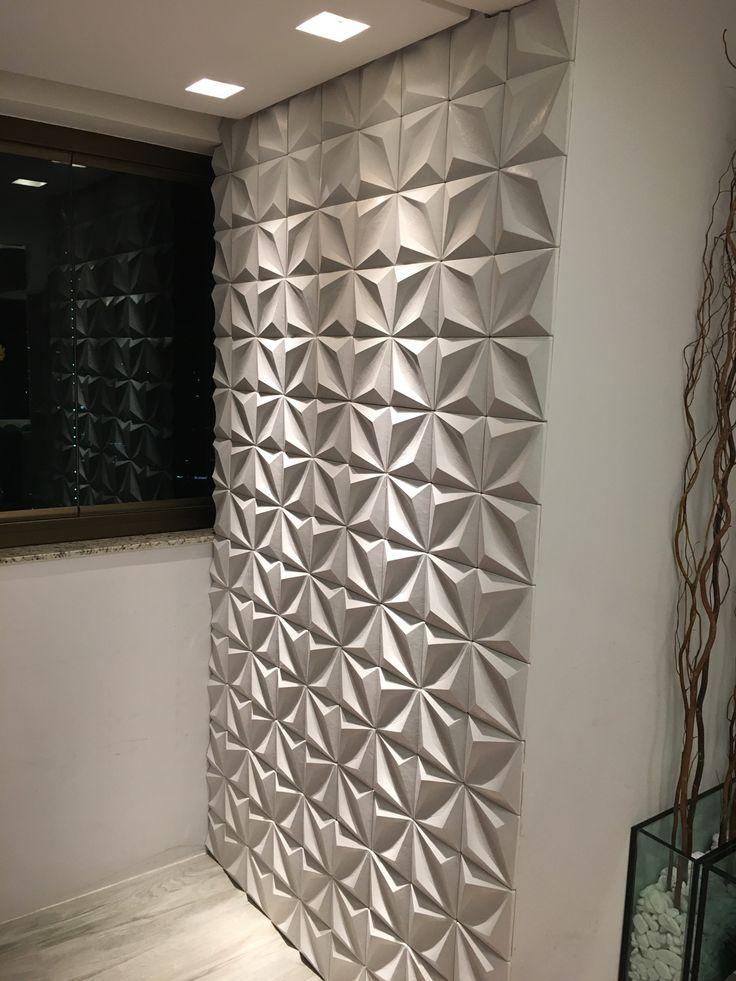 Revestimento cimentício 3D da Rerthy, linha Venere, assentado com argamassa AC3 branca. Iluminação com lâmpadas AR70 50W.