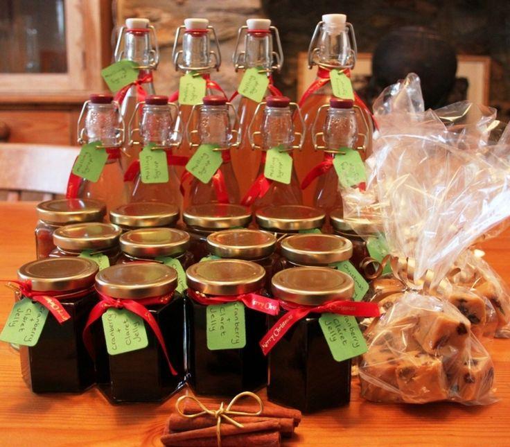 idee-regali-natale-fai-da-te-serie-prodotti-alimentari-realizzati-casa-olio-miele-biscotti-etichetta-verde-nastro