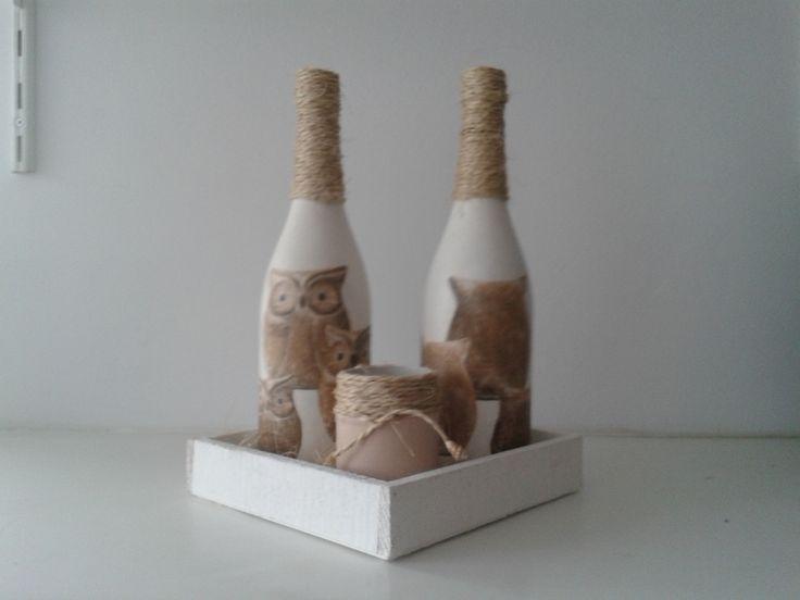 Flessen bewerkt met gesso en gedecoreerd met servetten en touw