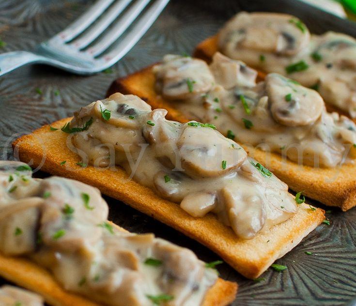 Crostini con funghi champignons in crema