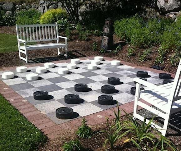 Un tablero gigante de ajedrez | 29 patios traseros increíbles que dejarán a tus hijos boquiabiertos