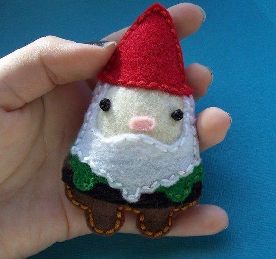 Gnome badgeBadges Micky, Gnomes Ornaments, Felt Crafts, Badges Marissa, Gnomes Brooches, Gnomes Badges, Felt Gnomes, Mcinnis, Christmas Badge Felt