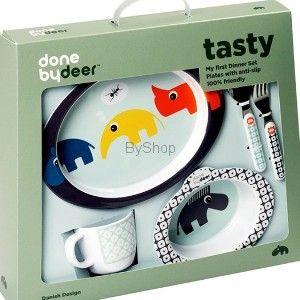 Piękny zestaw Zoopreme Boy marki Done By Deer będzie idealny do nauki jedzenia. Śmieszne, kolorowe zwierzaczki na pewno zachęcą każdego malucha do jedzenia. W skład zestawu wchodzi kolorowy talerzyk i miseczka z antypoślizgowym spodem, łyżeczka i widelec i kubeczek z uchwytem. Naczynia wykonane są z bezpiecznej dla dzieci melaminy i nadają się do mycia w zmywarce (na górnej półce).