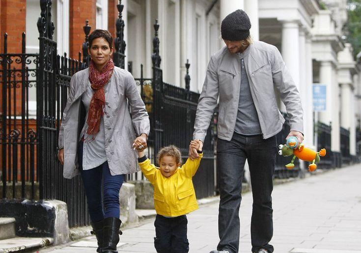 11.Halle Berry (48) y Gabriel Aubry (39): La actriz y el guapo modelo canadiense empezaron a salir en 2005, después de conocerse durante una sesión de fotos para la firma Versace. En 2008, Halle dio a luz a la hija que tienen en común, Nahla. A los tres se les veía felices paseando por las calles de Londres, en cambio, en 2010, anuncian su divorcio. Después de cuatro años de la separación, aún siguen inmersos en batallas judiciales.