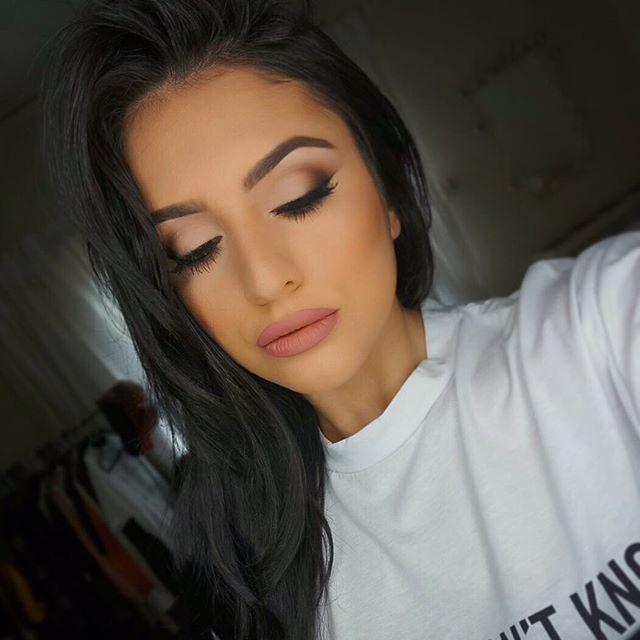 Key makeup products: @tartecosmetics 'Tartelette Tease' eyeshadow palette @anastasiabeverlyhills brow powder in 'Soft Brown' @hudabeauty 'Samantha' lashes & @maccosmetics 'Edge to Edge' lipliner