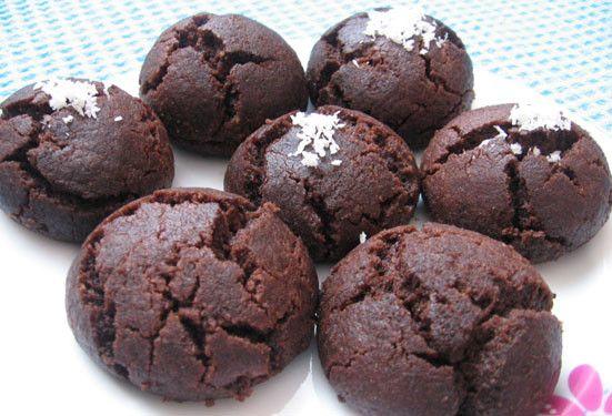 Ağızda ufak ufak dağılan hamuruyla, kakaonun o eşsiş lezzetiyle damaklarınızı tatlandıracak bir kurabiye tarifiyle karşınızdayız. Kakaolu kurabiye tarifi olarak adlandıracağımız bu tarife esmer kurabiye de diyebilirsiniz. İsterseniz bu lezzettli ve güzel kurabiyenin nasıl yapıldığını sizlere bahsedelim. Kakaolu Kurabiye İçin Gerekli Malzemeler  1 çay bardağı kakao 1 paket vanilya İki tutam tuz 1 çay bardağı toz şeker 4 çay bardağı un 2 tane yumurta 1 çay bardağı sıvıyağ 1 paket kabartma tozu…