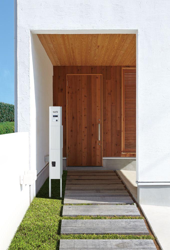 宅配ボックスとポストを組み込んだ門柱|日経アーキテクチュア