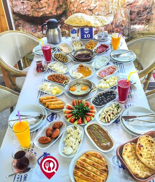 """Serpme Kahvaltı - Van Kahvaltı Salonu / İstanbul ( Ataşehir ) 🕦 Çalışma Saatleri 07:00-17:00 ☎ 0 216 5481212 ☎ 0 530 680 04 65 💵 35 TL / Kişi Başı 🍹 Alkolsüz Mekan ▫ 🚳 Paket Servis Yok 💳 Sodexo, Multimet, Ticket Yok 🏚 Açık Alan Var ▫ 🛂 Otopark Var DAHA FAZLASI İÇİN YOUTUBE """"YEMEK NEREDE YENİR"""" TAKİP ET  Sucuklu, pastırmalı, kavurmalı ve sahanda yumurta, omlet, menemen  seçeneklerinden bir tanesi ücretsizdir. Sınırsız çay servisi ile birlikte, fotoğraftaki görsel 4 kişiliktir."""