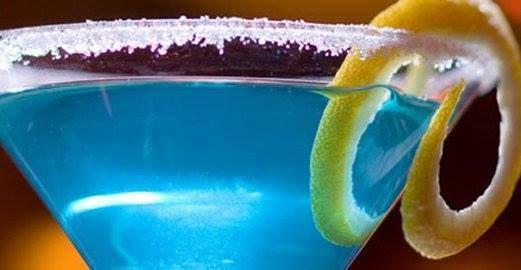 Lagoa azul  Ingredientes:  50Mls licor de curaçau blue (sem álcool) 1 Unidade Lata de soda 25 Mls Suco de limão 4 Unidade Pedras de gelo  Modo de preparo:  É só bater tudo em uma coqueteleira e servir em uma bela taça com gelo seco.