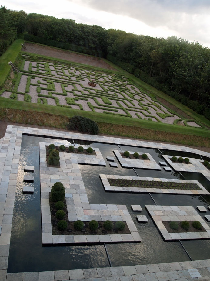 The maze and water feature at Balfour castle