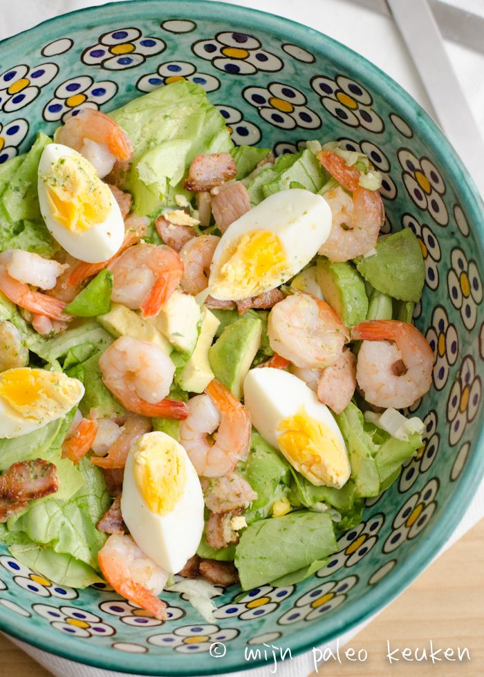 Een heerlijke paleo maaltijdsalade met garnalen en ei die ook nog eens erg lekker is om als lunch mee naar je werk te nemen.