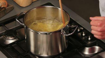 Volkorenspaghetti met amandelpesto, broccoli en tomaten - Recept - Allerhande - Albert Heijn