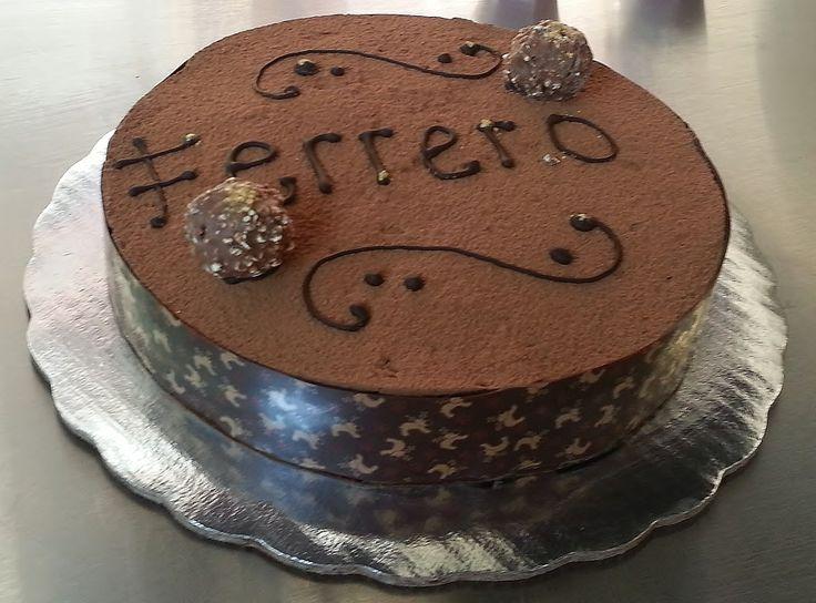 Pastel Ferrero. Con una base crujiente de almendra y un delicioso mousse de chocolate.