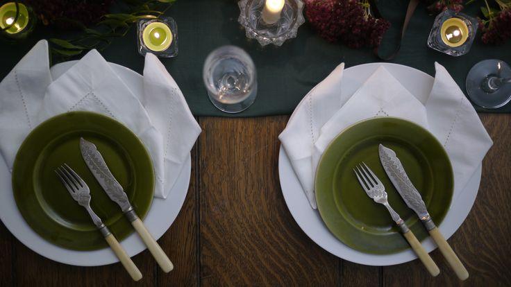 Embrace the botanical theme with green side plates and bone cutlery #botanic #botanics #botanicwedding