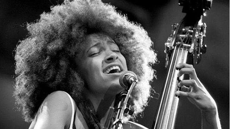 ESPERANZA SPALDING Esperanza Spalding (née le 18 octobre 1984 à Portland, Oregon) est une contrebassiste, bassiste et chanteuse américaine de jazz.   Elle débute par l'apprentissage du violon dès l'âge de 5 ans, instrument qu'elle abandonne plus tard pour la contrebasse. Une expérience de chef d'orchestre à 15 ans, elle entre au Berklee College of music de Boston à 16 ans. A 20 ans, elle devient  le plus jeune professeur de l'école Berklee et sort un premier album au même âge.