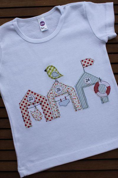 """Hübsches und originelles T-Shirt aus meiner neuen Serie """"Strandleben"""". Das Shirt aus reiner Baumwolle ist mit süßen Strandhäuschen benäht. Badeanzu..."""