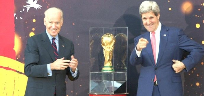 Joe Biden e John Kerry. EUA recebendo a taça (Foto: Rodrigo Faber). O troféu desembarcou em Washington DC, capital dos Estados Unidos, nesta segunda-feira. A festa de recepção começou ainda no aeroporto, com direito a uma banda típica para exibição inicial, e terminou no Departamento de Estado americano, onde estiveram presentes o secretário John Kerry e o vice-presidente de Barack Obama, Joe Biden. Ambos falaram sobre futebol e se mostraram animados com a evolução do esporte no país.