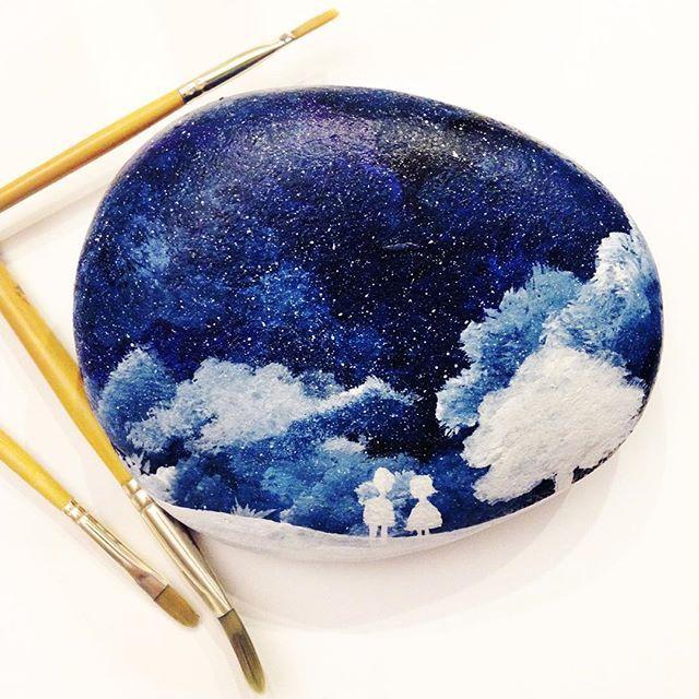 """İki çocuk bembeyaz karların ortasında durmuş, biri """"bu ağaçta neden elma yok"""" demiş, diğeri de """"çizmeyi unutmuş heralde"""" diye karşılık vermiş, """"En iyisi gökyüzüne bakıp kayan bir yıldız bulalım ve baharın gelmesini dileyelim.."""" :) #sky #gökyüzü #gece #night #taş #tasbayoma #taşboyama #stone #stonepainting #painting #art #bulut #clouds #ağaç #tree #snow #kar #boyama #çocuk #children #dilek #elma #apple #stoneart"""