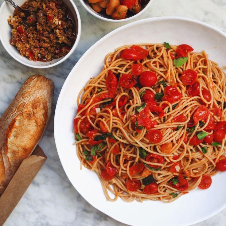Summer Spaghetti Pomodoro - whole wheat spaghetti recipe with ripe tomatoes, basil, garlic & olive oil #vegan // inmybowl.com