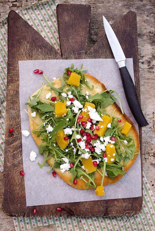 Pizza in padella con rucola, zucca e feta