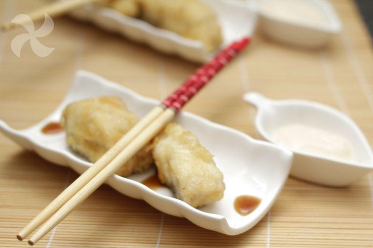 Una forma diferente de comer pescado: envuelto en tempura de especias y acompañado de una mayonesa oriental.