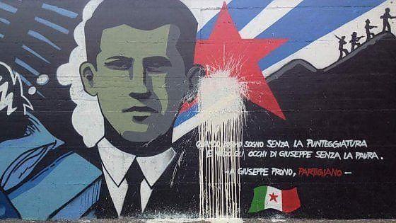 I vandali hanno imbrattato la stella rossa che campeggia nel mezzo del graffito che ricorda il giovanissimo membro della Resistenza fucilato nel marzo del