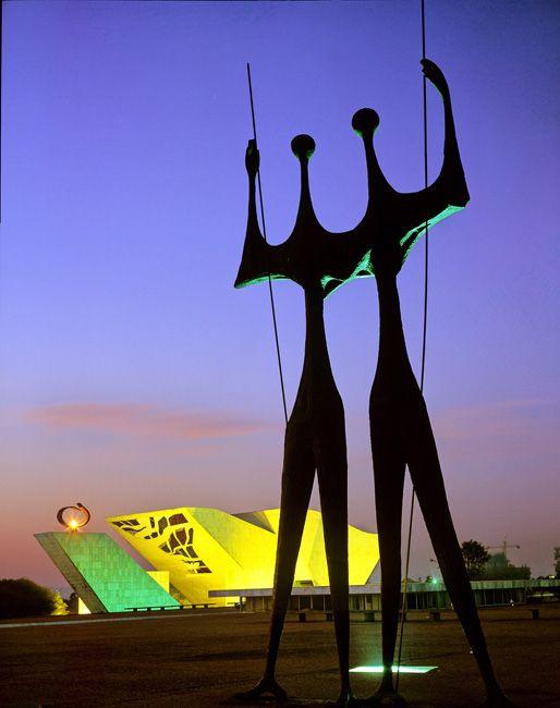 Brasília, DF, Brasil. Escultura Dois Candangos, uma homenagem aos trabalhadores comuns, vindos de fora da região, que colaboraram com a construção de Brasília.