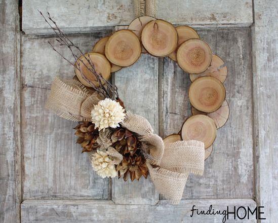 Gire rodajas de madera en una corona de otoño rústico natural: