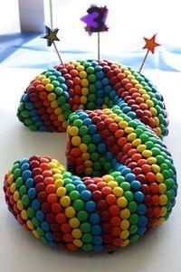 Bolo de aniversário com a forma de um 3, coberto por pintarolas... :-)