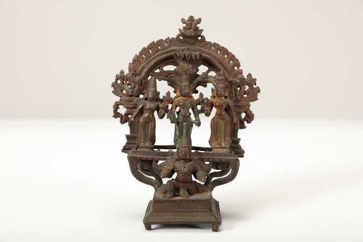 Lot 405 - Arte Indiana. A bronze altar with Lord Vishnu Southern India, 17th century . Cm 16,70.