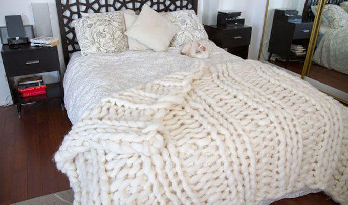 Et teppe med større strikkemasker har du kanskje ikke sett? Skaffer du deg store nok strikkepinner kan du lage deg et du også!