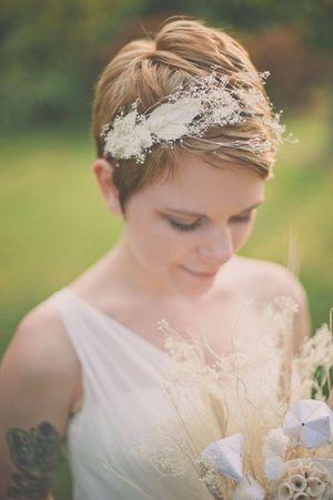 ヘッドアクセにドライフラワーを使えばヴィンテージな雰囲気に♪ ショートヘアで作るウェディングドレスに合う髪型一覧。ウェディングドレス・カラードレス・花嫁衣装の髪型まとめ。