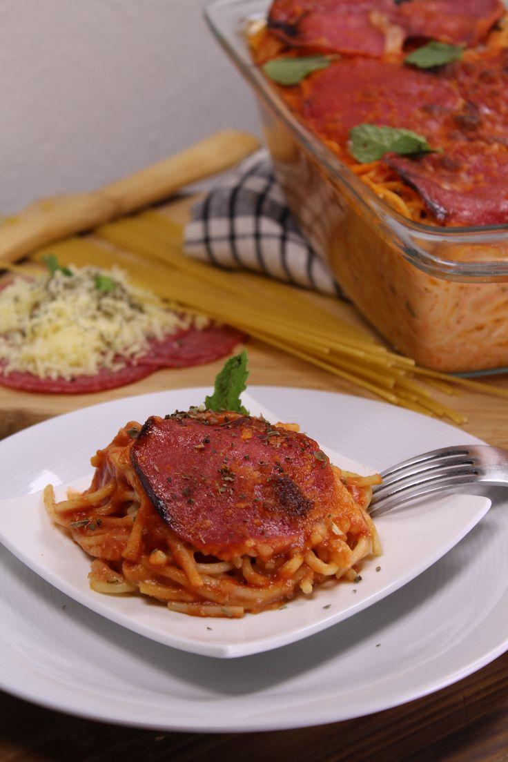 En esta receta fusionamos dos preparaciones, el spaghetti y la pizza de salami. Aquí encontrarás una deliciosa pasta con salsa de pizza; la deliciosa salsa está compuesta por salami, queso y especies, que al comerla te va a recordar a la mejor pizza de pepperoni que hayas comido. No vas a creer lo sencillo que es cocinar ésta receta.