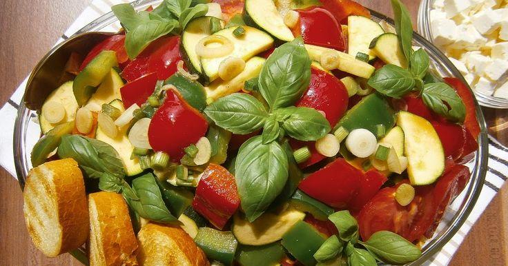 Ezt a salátát három dolog ihlette: 1. a fogyókúrámba a pirított kenyeret leszámítva jól beilleszthető, 2. régóta szemezek vele a Lajos Mari...