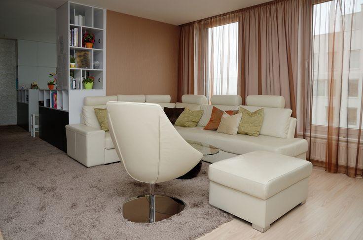 plošný koberec s vlasem volně přecházející z chodby do obývacího pokoje