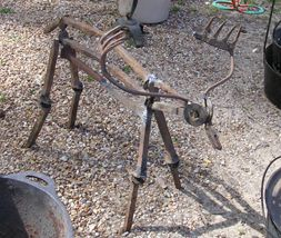 """""""This is yard art made by Jeff Brown, who sells at the Canton Tx Flea Market. He uses old lawn tools to make great little animals.""""  (Lots more great yard art ideas on this web page!)"""