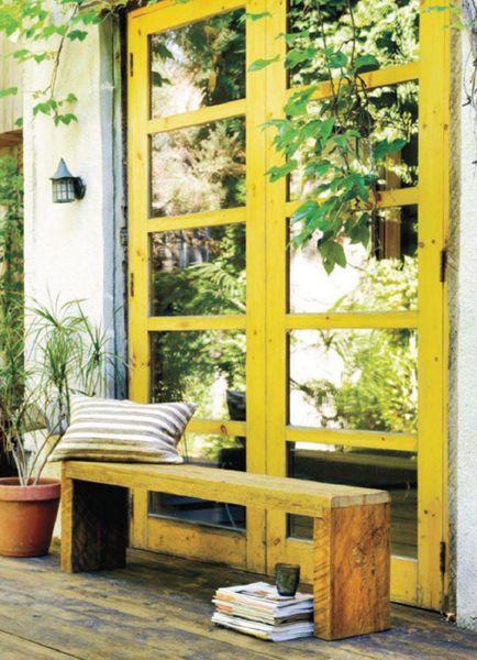 Durf ramen of deuren in een fel, zuiders kleur te schilderen. Deze eigenaars kozen voor een geeltint die een instantzomergevoel oproept.