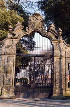 QUINTA DE SANTA CRUZ DO BISPO         A Quinta dos Bispos foi criada entre 1552 e 1572 pelo Bispo do Porto D. Rodrigo Pinheiro. O seu objetivo foi o de criar um local de repouso, divertimento e recreio para o bispo e seus sucessores.  http://www.cm-matosinhos.pt/pages/426?poi_id=65