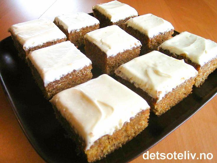 Her har du en veldig enkel, men likevel så UTROLIG GOD gulrotkake!! Kaken stekes i liten langpanne og deles opp i biter. Gulrotkaken inneholder ikke nøtter og har mild kanelsmak. På toppen er kaken dekket med deilig ostekrem. Kaken er lettlaget og alltid populær!