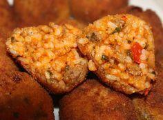 Recept voor pittige rijstballen met gehakt. Kook de rijst. Laat dit goed doorkoken, dit werkt makkelijker tijdens het vormen. Verhit de olie en fruit de ui en knoflook.