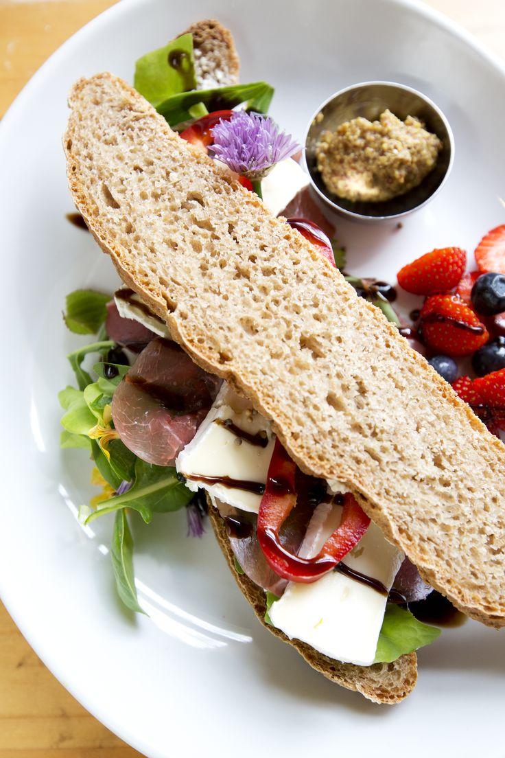 Den #moderne #sandwich, serveret på Noorbohandelens #café, består af #hjemmebagt #speltbrød, #sprød #salat og #urter fra egen #gårdhave, gode oste eller lufttørret skinke, en frisk #balsamico dressing og ikke mindst #Nyord #sennep. #Velbekomme #smag #dansk #sommer #taste #danish #summer #cafe #nyord #noorbohandelen #govisitmoen