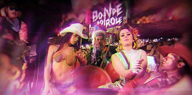 """Bonde do Rolê está de volta! Olha o clipe de """"Kilo""""!    Por Phelipe Cruz em 10/05/2012, 13:18          O trio brasileiro mais tropical, mais legal e mais """"tosquial"""" do Brasil está de volta. Bonde do Rolê acaba de lançar um clipe e anunciar novo álbum chamado """"Tropicalbacanal"""" com data de lançamento para o dia 26 de junho.    """"Kilo"""" é o nome do primeiro single do novo CD da banda, que tem produção do muso Diplo e de Filip Nikolic do Poolside."""