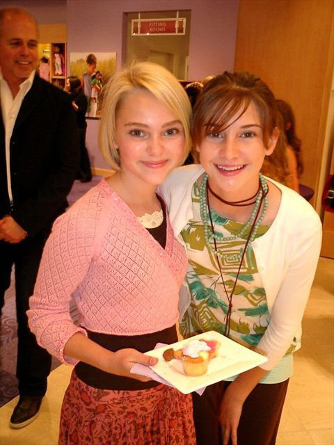 Annasophia Robb (Soul Surfer, Because of Winn Dixie) and Shailene Woodley (Divergent, The Fault in Our Stars) as children!