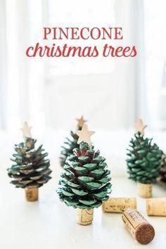Pomme de pin décorée avec des morceaux de feutrine, des perles ou du papier, ou simplement comme ici peinte en vert. Une étoile à son sommet et un demi bouchon de liège comme socle, vous avez un mini sapin de Noël de table.