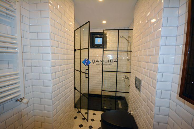 Siyah Duşakabin Modeli 8 mm temperli cam üzerine siyah alüminyum profil uygulamasıyla karolaj çıtalı cam duşakabin modeli. 140 cm ölçü üzerinde h=200 cm (yükseklik) olan duş camımızda bir sabit kapı bir içe dışa açılabilinir kanat camı olmak üzere siyah renkli banyolarda uygulanabilinir bir form. Duşakabin camı içe açılabildiği gibi dışa da açılabilinir şekilde düşünüldü ve bu protatifte menteşeler kullanıldı.