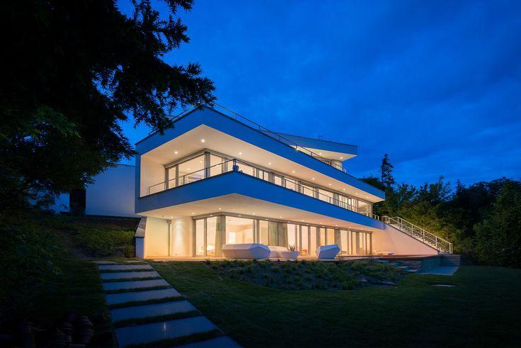 Architektenvilla Am Hang In Moderner #Architektur   Fotografiert Zur Blauen  Stunde. Www.flow