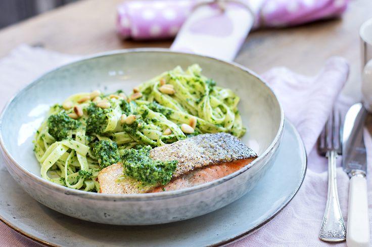 Pasta med grønnkålpesto og stekt laks