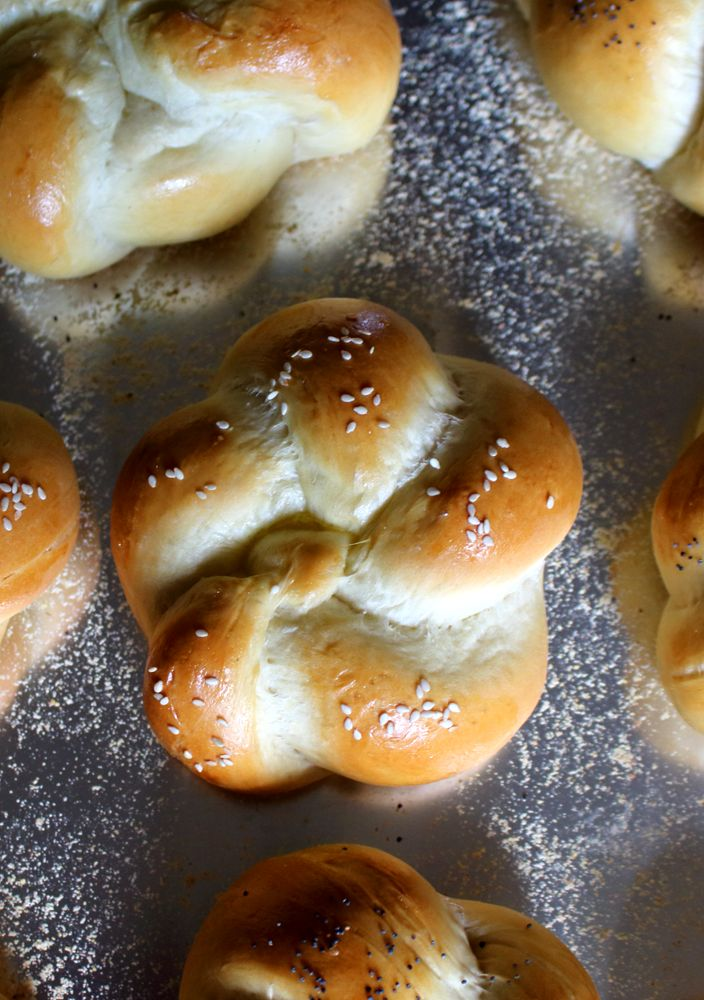 These homemade Kaiser rolls make great buns for burgers and sandwiches, or you can serve them as dinner rolls. #KaiserRolls