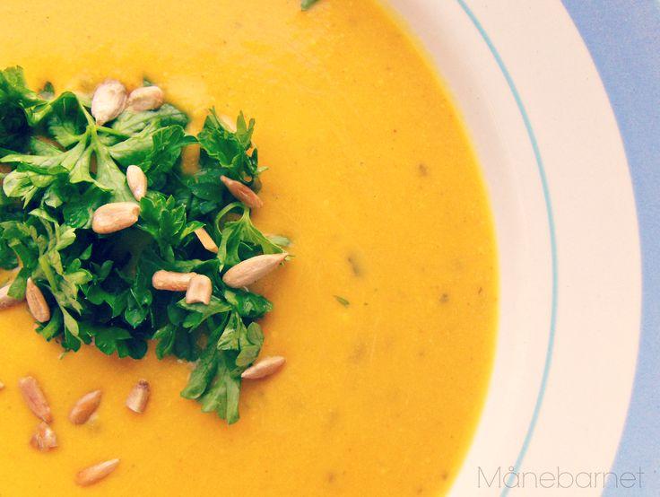 Denne fantastiske suppe fik jeg serveret første gang for flere år siden hjemme hos en veninde. Hun gav mig opskriften med hjem, og lige siden har den haft en helt særlig plads her på bloggen. Den h…